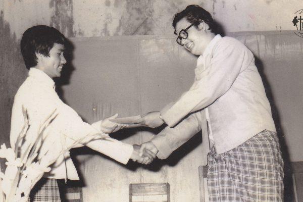 သင်းအုပ်ဆရာ Rev Dr Dam Suan Mung အား ဆရာကြီးဦးမျိုးချစ်မှ အမှုတော်ဆောင်လိုင်စင် ပေးအပ်နေစဥ်။